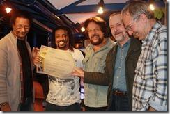 J Carlos, Tunai, Cravo Albin e Archimedes Monea entregam o diploma Tenório Júnior para Robertinho de Paula