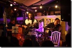 Robertinho de Paula, com a guitarra, ao lado de Berval Moraes e Rodrigo Endrigo