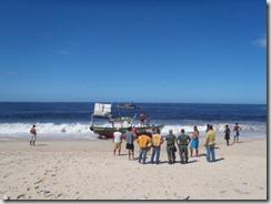 3 Técnicos da Secretaria do Ambiente, da Defesa Civi le integrantes do Batalhão Florestal encontraram uma traineira encalhada terça-feira 20 de março de 2012 na praia de Guaratiba,Maricá RJ