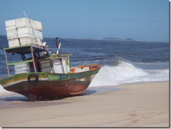Traineira irregular encalhada em Guaratiba - Maricá RJ
