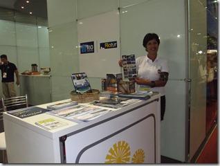 A subsecretária Municipal de Turismo Lezirée Rejane de Figueiredo, no estande da TurisRio distribuindo folders de Maricá