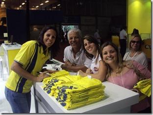 Equipe da Secretaria Municipal de Turismo de Maricá com a atleta campeã Sandra Pires