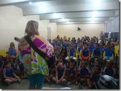 Os artistas Dalva Alves e Ronaldo Valentin durante contação da História de Maricá para os alunos da Escola Robson Lôu em Inoã  (13)