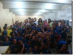 Os artistas Dalva Alves e Ronaldo Valentin durante contação da História de Maricá para os alunos da Escola Robson Lôu em Inoã  (37)
