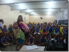 Os artistas Dalva Alves e Ronaldo Valentin durante contação da História de Maricá para os alunos da Escola Robson Lôu em Inoã  (18)
