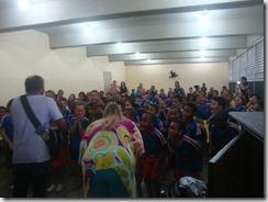 Os artistas Dalva Alves e Ronaldo Valentin durante contação da História de Maricá para os alunos da Escola Robson Lôu em Inoã  (27)