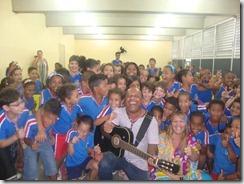 Os artistas Dalva Alves e Ronaldo Valentin durante contação da História de Maricá para os alunos da Escola Robson Lôu em Inoã  (30)