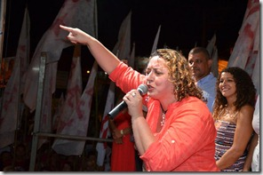 Primeira dama Rosangela Zeidan no comício de Inoã