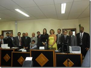 A juíza titular da 55ª Vara Eleitoral de Maricá, Juliane Guimarães ao centro, tendo ao lado o prefeito diplomado Washington Quaquá, a primeira Dama Rosângela Zeidan e os vereadores eleitos