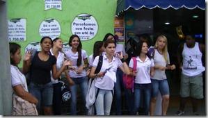Estudantes interagindo no Sarau Cultural da Poesia em Maricá