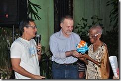 Paulo Roberto Direito (esq.) ao lado de Ricardo Cravo Albin entregou a Vó Maria o troféu Notáveis do Samba de Quadra