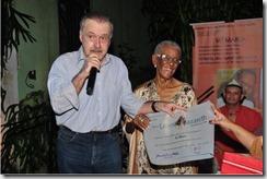 Ricardo Cravo Albin entregou à Vó Maria o Diploma Ernesto Nazareth