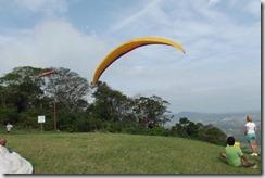 Luiz Henrique Quintanilha de Mattos, mais conhecido como Quintanilha Peixe Voador Mestre dos Esportes Radiais, se preparando para mais um vôo da Rampa de Parapente de Maricá