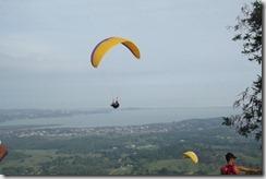 Quintanilha Peixe Voador (Luiz Henrique Quintanilha de Mattos, Mestre dos esportes radiacais) sobrevoando a Serra do Camburi em seu parapente synergy4
