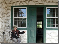 Aparecida Rangel na varanda de seu casarão