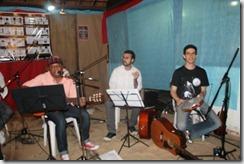 Ronaldo Valentim violão, Pedro Szigethy violoncelo e Dalbert Lopes pandeiro, violino e violão