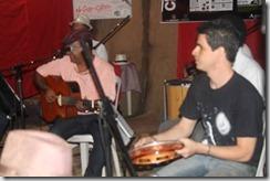 Ronaldo Valentim, voz e violão e Dalbert Lopes no pandeiro, violino e violão