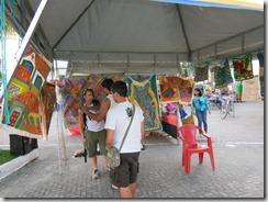 Mestre da Arte da Tapeçaria do Espraiado Elidio Garcia dos Santos, recebendo os visitantes da JMJ, no Maricá Mostra Cultura em 2013 (1)