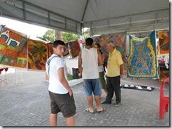 Mestre da Arte da Tapeçaria do Espraiado Elidio Garcia dos Santos, recebendo os visitantes da JMJ, no Maricá Mostra Cultura em 2013 (2)