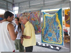 Mestre da Arte da Tapeçaria do Espraiado Elidio Garcia dos Santos, recebendo os visitantes da JMJ, no Maricá Mostra Cultura em 2013 (3)