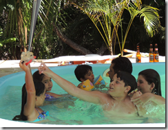Passando dia na piscina brincando com as primas e primos