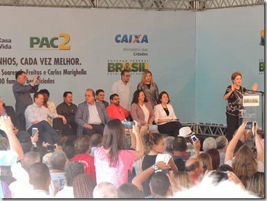 Presidente Dilma Rousseff ao lado do prefeito Washington Quaquá, entrega chaves de 2,9 mil unidades habitacionais do ´Programa Minha Casa, Minha Vida em Maricá (252)