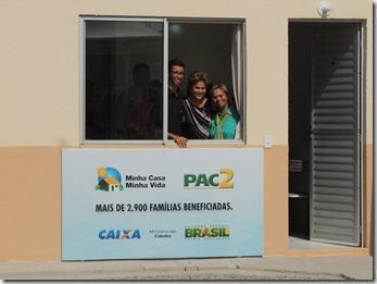 Presidente Dilma Rousseff ao lado do prefeito Washington Quaquá, entrega chaves de 2,9 mil unidades habitacionais do ´Programa Minha Casa, Minha Vida em Maricá (136)