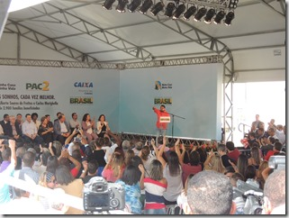 Presidente Dilma Rousseff ao lado do prefeito Washington Quaquá, entrega chaves de 2,9 mil unidades habitacionais do ´Programa Minha Casa, Minha Vida em Maricá (179)