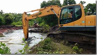 máquinas trabalhando na abertura do canal do Minha Casa Minha Vida de Itaipuaçu